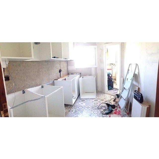 ¡Nuestra enviada especial @bibsamat del equipo @iloftyou, nos va mandando fotos de los progresos en el montaje de la cocina del #proyectoLesCorts. #ikea #kitchen #cocina #interiordesign #interiorismo #lowcost #suelohidraulico #hidraulictiles