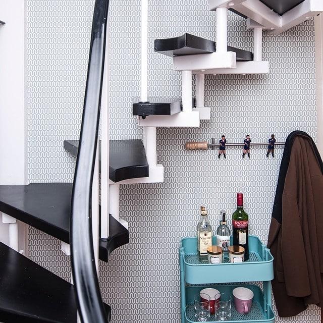 Hoy os muestro los maravillosos papeles de pared que utilizamos en el #proyectobonanova por @iloftyou. En #geometría #turquesa para la escalera #blanca y #negra, a conjunto con el carrito #raskog de #ikea... #papelesAribau #barcelona #wallpaper #papelpared @trestintasbcn @lookerphotography #interiorismo #interiordesign #lowcost