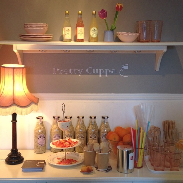 Esta mañana, paseando por #bricklane, hemos descubierto un café monisimo, decorado casi al completo con mobiliario de #ikea. #prettycuppa