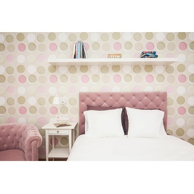 Dormitorio juvenil del #proyectoviladecans por @iloftyou. Nos encanta como ha quedado el papel de pared de @trestintasbcn combinado con el cabecero y butaca de @_maisonsdumonde  #ikea