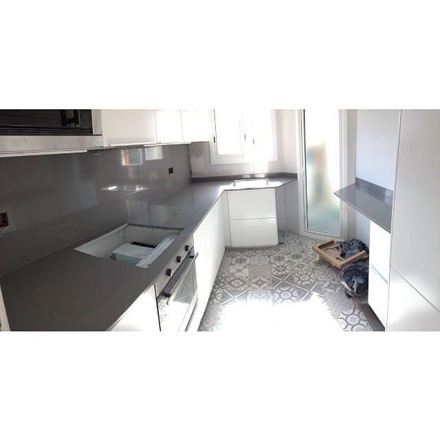 ¡Esto ya casi está! Cocina #proyectolescorts por @iloftyou #kitchen #ikea #ikeakitchen #lowcost #interiorismo #interiordesign #cocina #pavimentohidraulico