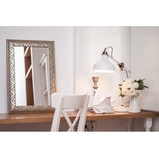 Detalle del coqueto tocador en el dormitorio del #proyectobonanova por @iloftyou #ikea #ranarp #nipen #ingolf #sockerart #interiorismo #interiordesign #lowcost @lookerphotography