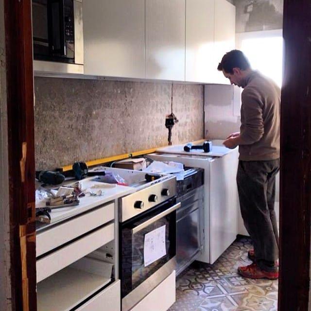 ¡Mirad, mirad! La cocina del #proyectolescorts ya va tomando forma... En 3h terminada!  #ikea #ikeakitchen #makingof #interiordesign #interiorismo #lowcost @iloftyou
