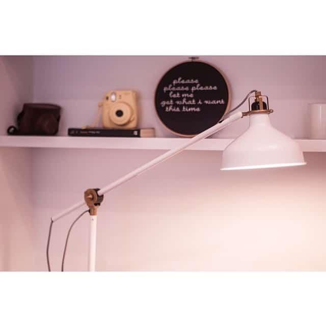 Otro bonito detalle del #proyectobonanova, la lámpara #ranarp de #ikea que ilumina la zona de lectura en el salón. #lowcost #interiorismo #interiordesign @lookerphotography @undiaenelparque