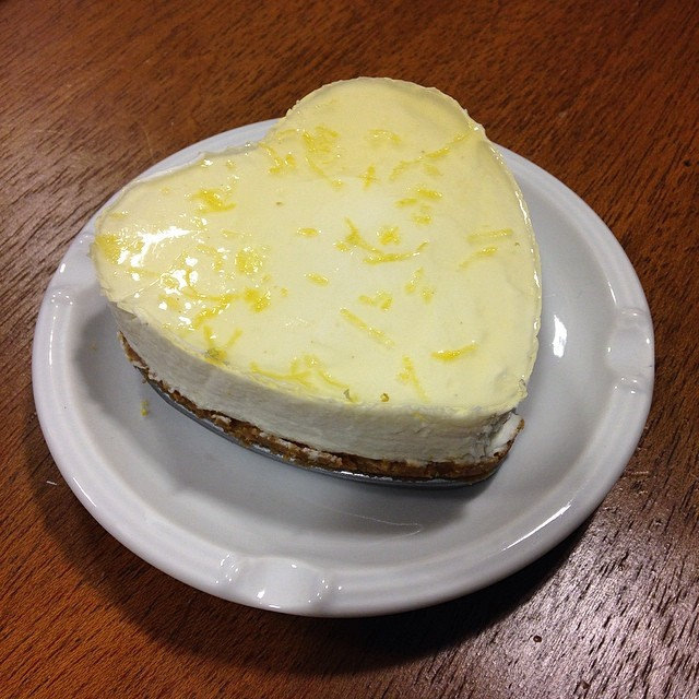 Hoy en el despacho, nos hemos regalado un mini lemon cheesecake casero! Mmmm!