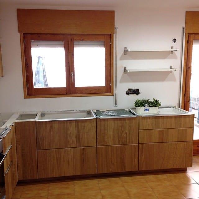 Otra vista del making of de la #cocinalagarriga. Les hemos recomendado que pinten la carpinteria de las ventanas en blanco, y las rematen con un estor #enje de #ikea.