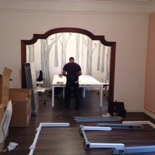 Ya ha llegado el mobiliario de oficina para el #proyectoplaton! Mañana entra @iloftyou para montar el resto! Ya queda menos! #ikea #iloftyou #lowcost #thewallery #mural #interiorismo #interiordesign @hollyhands @thewallery