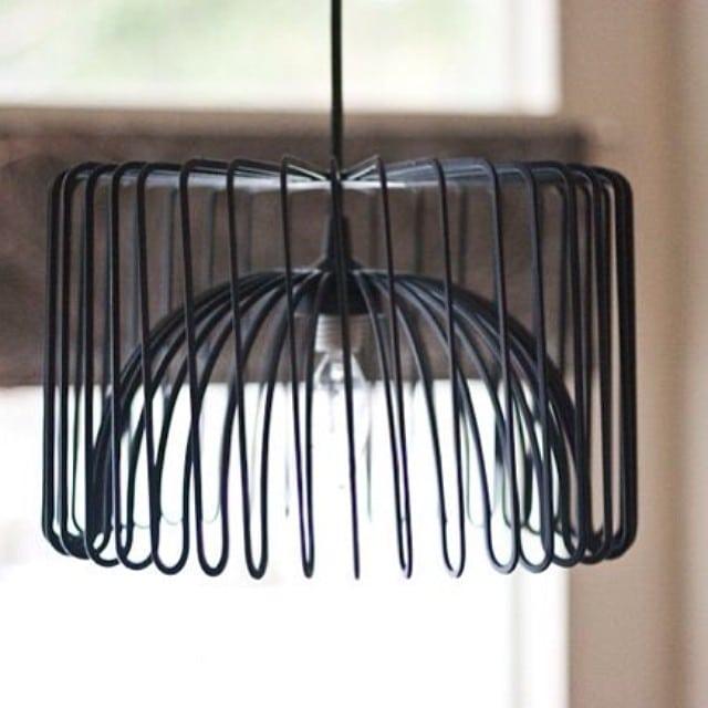 ¿Quieres una lámpara baratita, chula y original? Utiliza el bol #Tradig de #Ikea para crearla. Ingredientes: bol tradig, pintura en spray y un portalámparas.