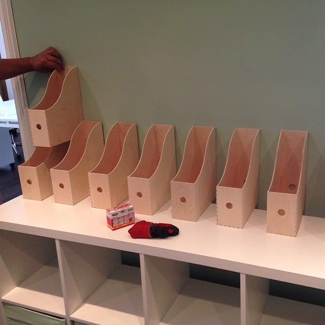 Montando un distribuidor de correo postal en la recepción del despacho co-working #proyectoplaton con unos archivadores de madera. Atentos al resultado! #ikea #lowcost #interiordesign #interiorismo #archivador #madera #correo #orden #público