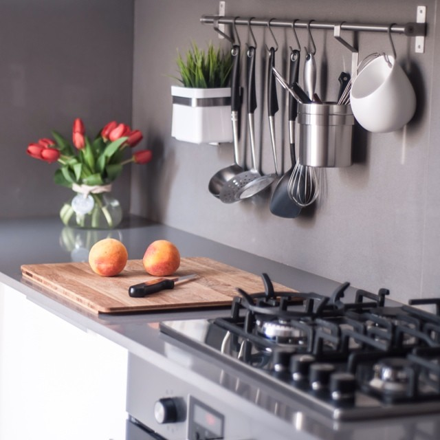 Rinconcito de la #cocinasantguillem diseñada por @iloftyou @lookerphotography #silestone #grisexpo #ikea #kitchen #cocina #vedinge #white #blanco #grundtal