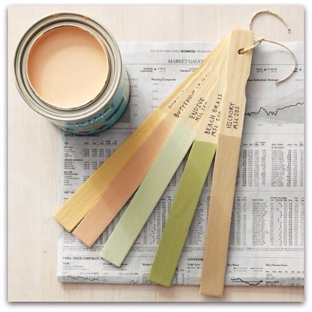 Si sales a buscar complementos para tu nuevo hogar, llévate contigo un llavero hecho con maderitas y la paleta de colores que hayas elegido para tus paredes. ¡Sabrás si combinan!