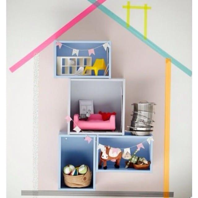¿Cómo reinventar una casita de muñecas para un dormitorio infantil? Ingredientes: Cajitas #forhoja de #ikea, washitape de colores y mini-mobiliario.