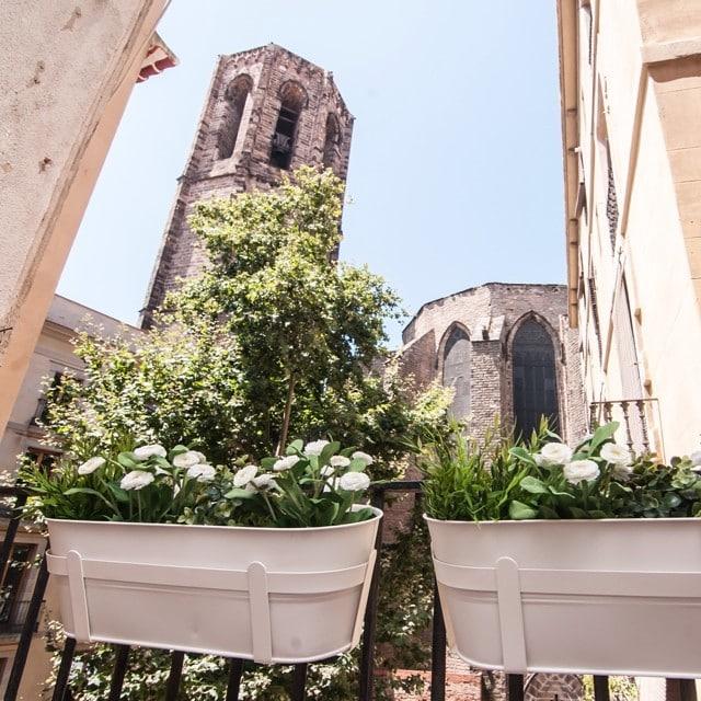 ¡Salón con vistas! Dúplex monísimo en el barrio gótico de Barcelona decorado por @iloftyou #proyectoboqueria. ¡Y está para alquilar! #ikeahome #ikea #lowcost #interiordesign #interiorismo #newproject @lookerphotography