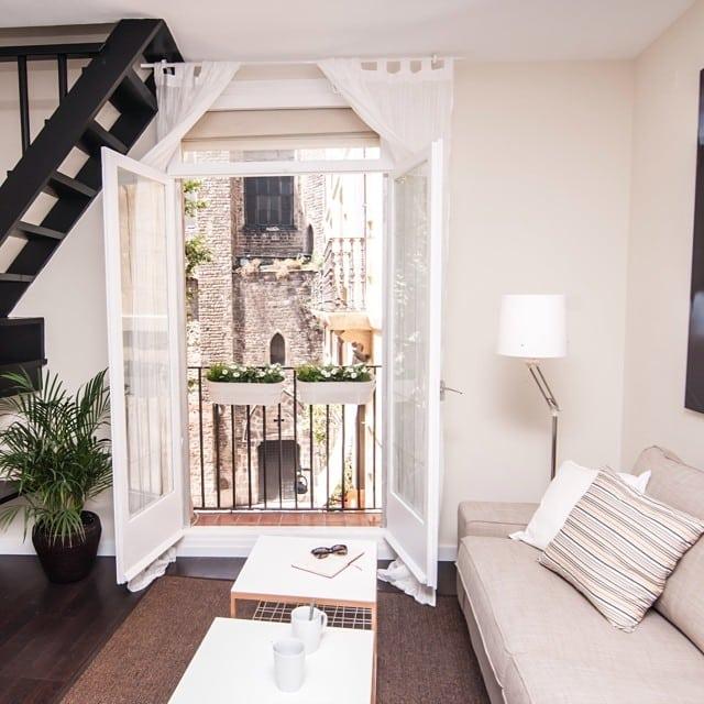 Maravillosas vistas desde el #proyectoboqueria en el Gótico de Barcelona. #ikea #lowcost #livingroom #salon #interiorismo #interiordesign #newproject #samtid #kivik #egeby #vistas #views #piso #turistico @lookerphotography