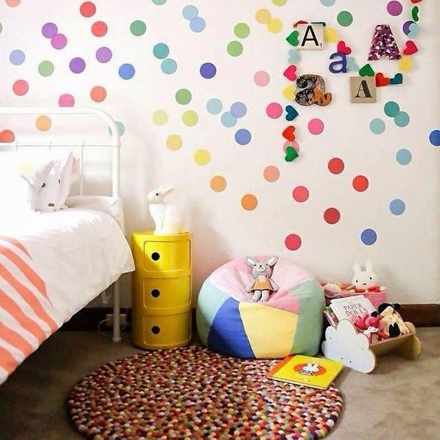 ¡Y lo que nos gustan los topitos de colores! Una forma fácil y económica de personalizar el dormitorio de los pequeños de la casa :)