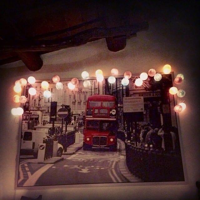 Nuestra seguidora Noemi nos ha mandado la foto de su nueva guirnalda @lacasedecousinpaul, que ha colocado por encima de un cuadro de #ikea