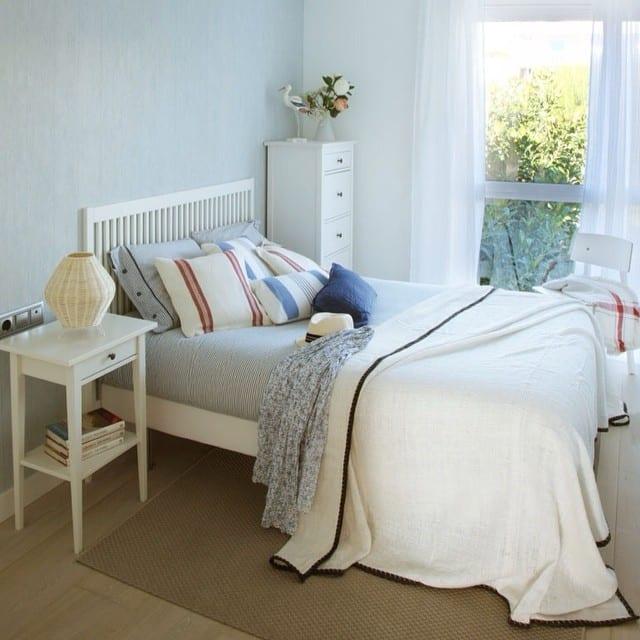 Dormitorio principal del #proyectositges. Foto para el reportaje de la revista Casa Diez (num. Agosto)#ikea #papelespintadosaribau @trestintasbcn #sitges #marinero