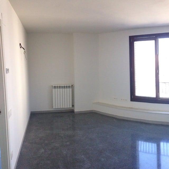 Foto de nuestra primera visita al #proyectorocboronat, en la que recomendamos al cliente pintar las paredes de un color piedra claro y cubrir el suelo con parquet en roble natural. El resultado lo podéis ver en nuestr foto anterior.