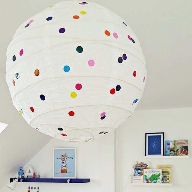 ¡Adorna la lámpara de techo de papel de #ikea con topitos adhesivos! Ideal para un dormitorio infantil