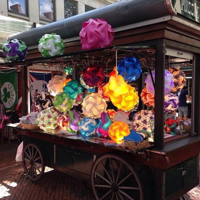 Cientos de lamparitas de plástico de colores