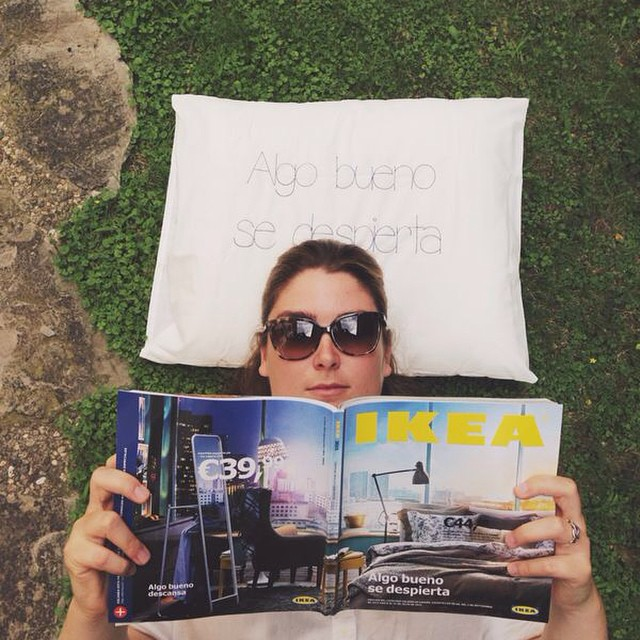 ¡Por fin! Hemos recibido en primicia el nuevo catálogo #IKEA2015 con una sorpresita: una almohada cómoda-comodísima! #algobuenosedespierta #ikea #lowcost #interiordesign #interiorismo #descanso