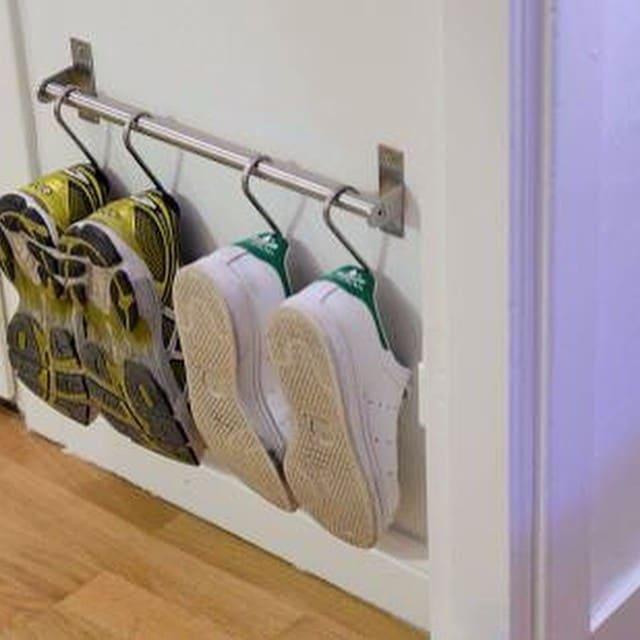 ¡Qué idea! Utilizar el raíl de cocina  #grundtal de #ikea para los zapatos de los peques