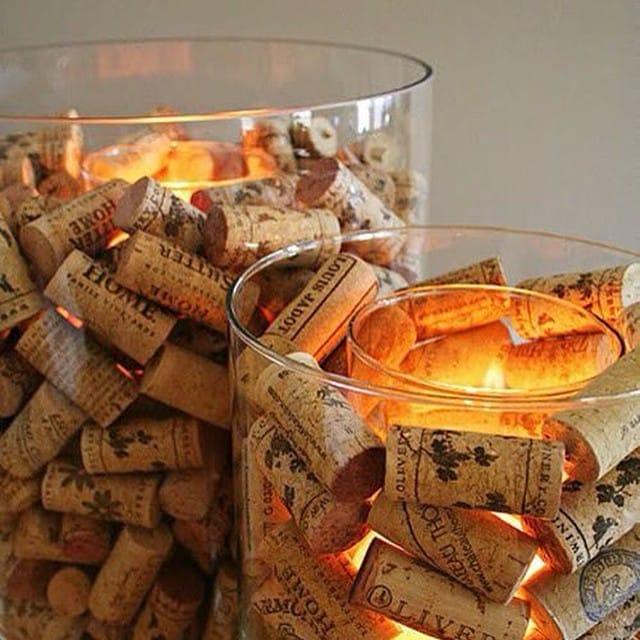 Utiliza los jarrones de cristal de #ikea de distintos tamaños y unos corchos de vino para adornar tus velas de mesa