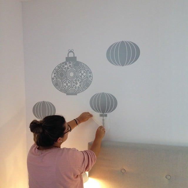@bibsamat colocando el vinilo #chineselanterns de @myvinilofgga en el #proyectoViaAugusta #interiorismo #interiordesign #lowcost